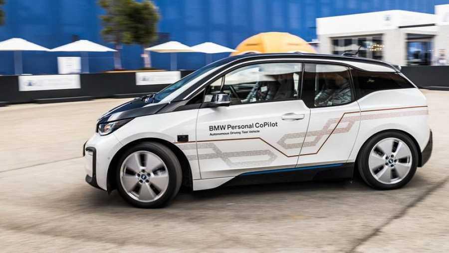 Prototipo de conducción autónoma presentado por BMW en el World Mobile Congress.