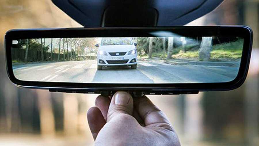 El retrovisor del Seat León Cristóbal se convierte en una pantalla.