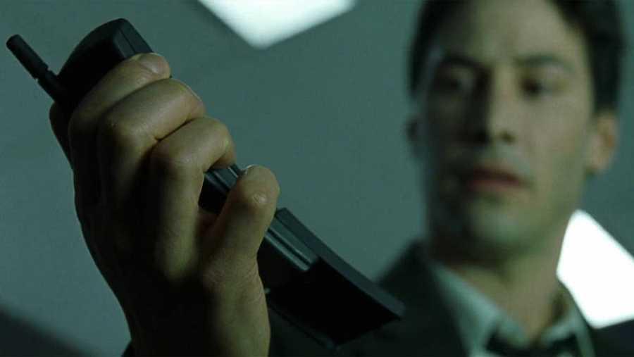 El actor Keanu Reeves aparece con el Nokia 8810 en la película 'Matrix'. WARNER BROS