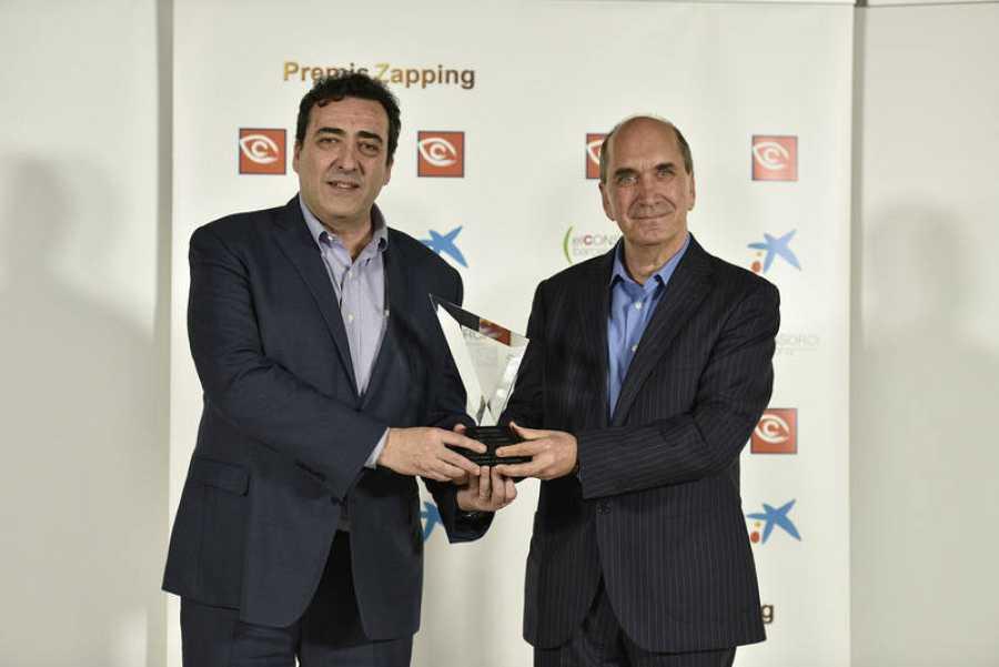 Juan Manuel Hidalgo, director de La 2, y Javier González, responsable de nuevos formatos de La 2, recogieron el Premio Especial para 'Clásicos y Reverentes'