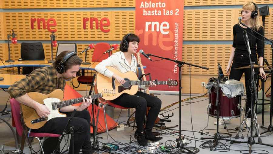 Acústico junto a Dani Álvarez (guitarra) y Elena Simons (coros)