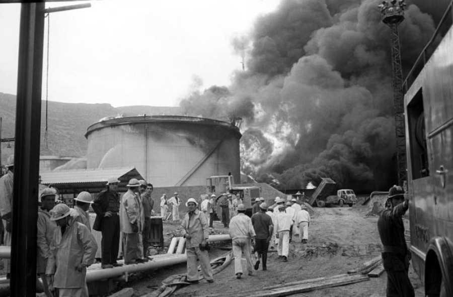 Incendio en la refinería de Escombreras; Murcia, en 1969. Los bomberos iban equipados con impermeables de amianto