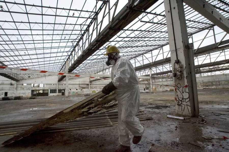 Un operario protegido contra el amianto participa en las labores de demolición de la fábrica Llama Gabilondo, fundada en 1966.
