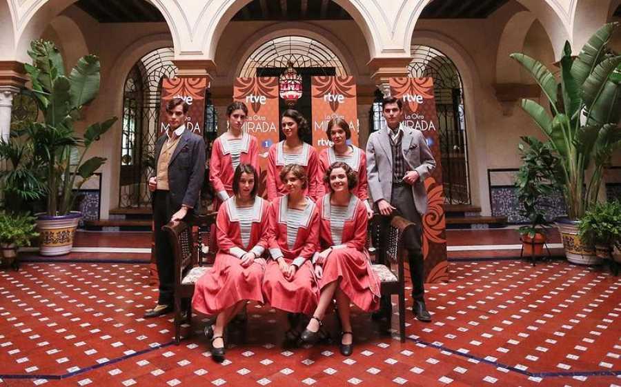 Las alumnas de la Academia posan junto a los hermanos Peralta, protagonistas de 'La otra mirada'