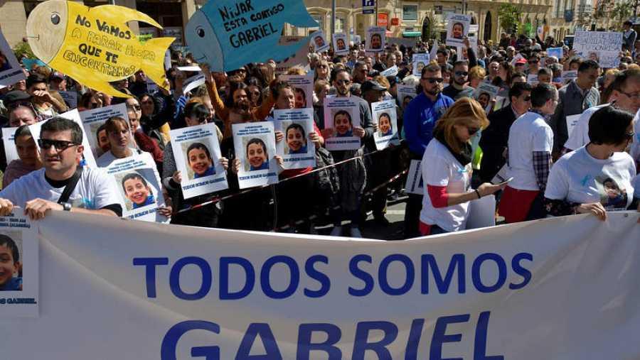 Miles de personas, algunas de ellas portando siluetas de