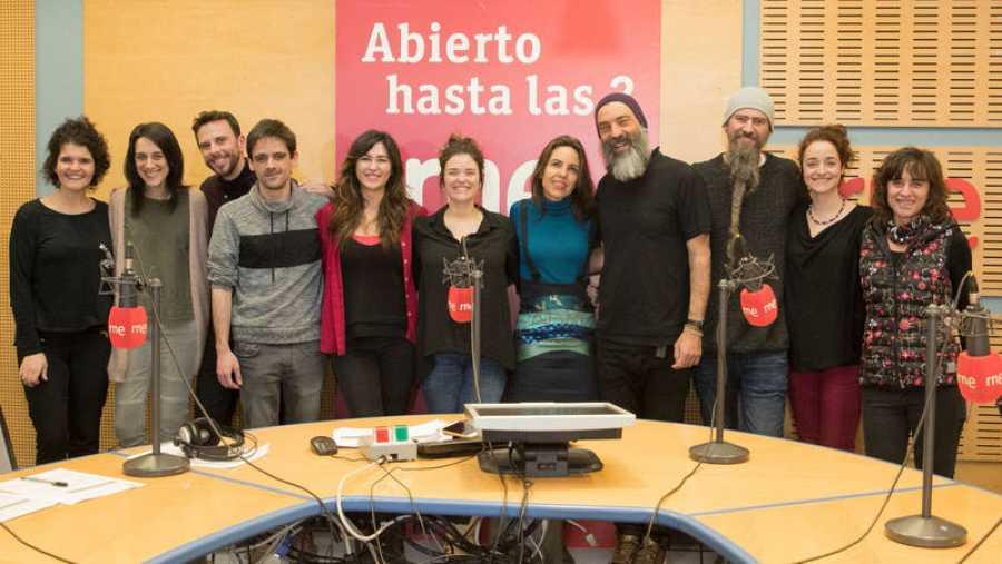 Todo el equipo de Paloma Arranz, con la banda invitada