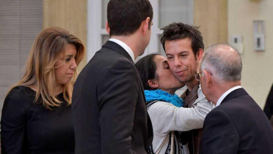 La madre de Gabriel, Patricia Ramírez, consuela a su expareja y padre del pequeño, Ángel Cruz