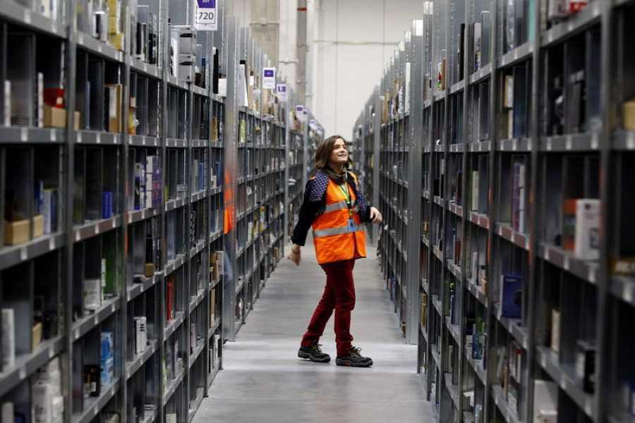 Una trabajadora del almacén de San Fernando de Henares, en una imagen de archivo de 2012