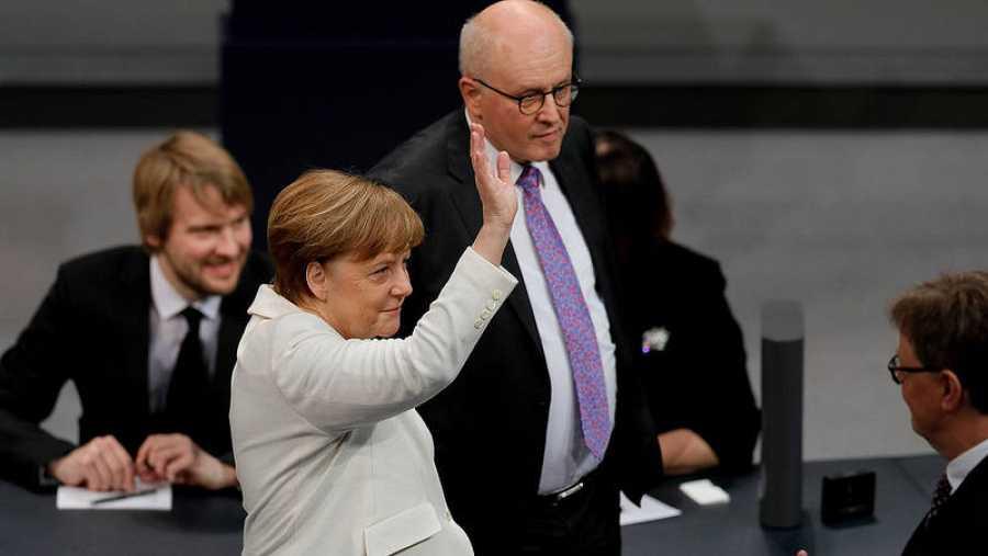 La canciller alemana, Angela Merkel (c), y Peter Altmaier, ministro designado de Economía y Energía