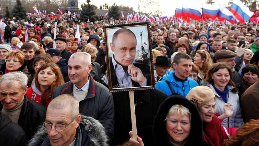 Simpatizantes de Putin escuchan al líder ruso en Crimea