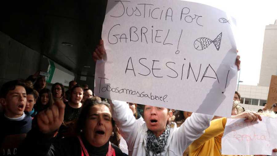 Un grupo de personas se ha concentrado estos días ante los juzgados para increpar a Quezada