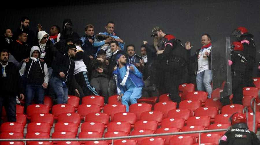 Imagen de las cargas policiales de la Ertzaintza contra hinchas del Olympique.