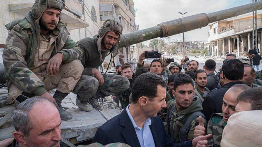 El presidente de Siria Bashar al Asad ha visitado este domingo las tropas del régimen sirio en la región de Guta Oriental