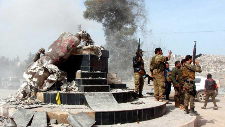 Los soldados turcos han destruido una estatua de un héroe mitológico del pueblo kurdo, Kawa el herrero