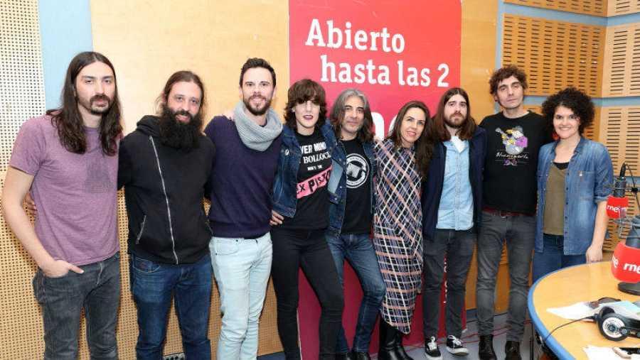 Paloma Arranz con su equipo y toda la banda
