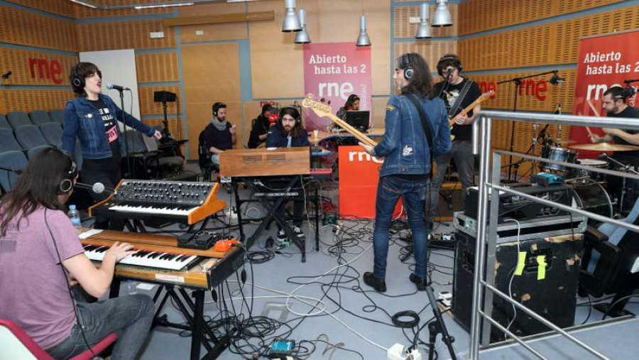 Los Betrayers al completo, presentando 'Tune out the noise'