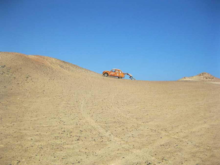 Jorge Sierra empuja a 'Naranjito' en el desierto sirio