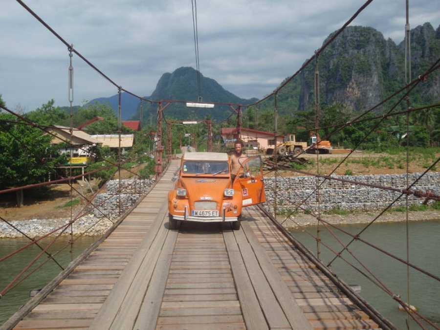 Jorge Sierra en su 'Naranjito' desde el puente colgante de Vang Vieng en Laos