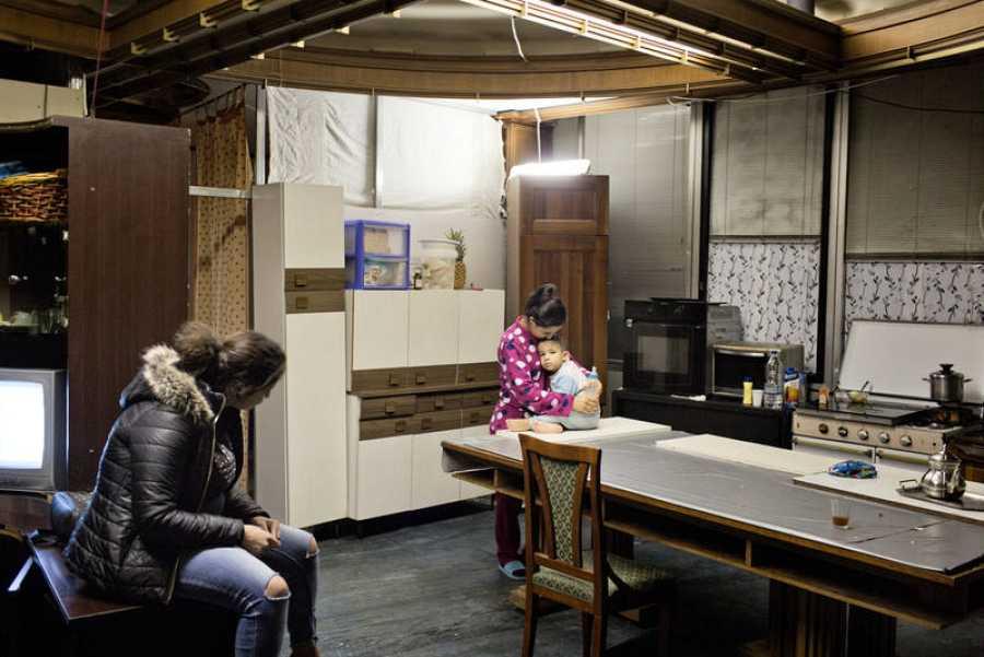 Una familia de inmigrantes espera su futuro en un refugio en Roma