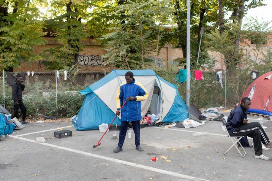 Un grupo de migrantes improvisa un refugio con tiendas de campaña en Roma
