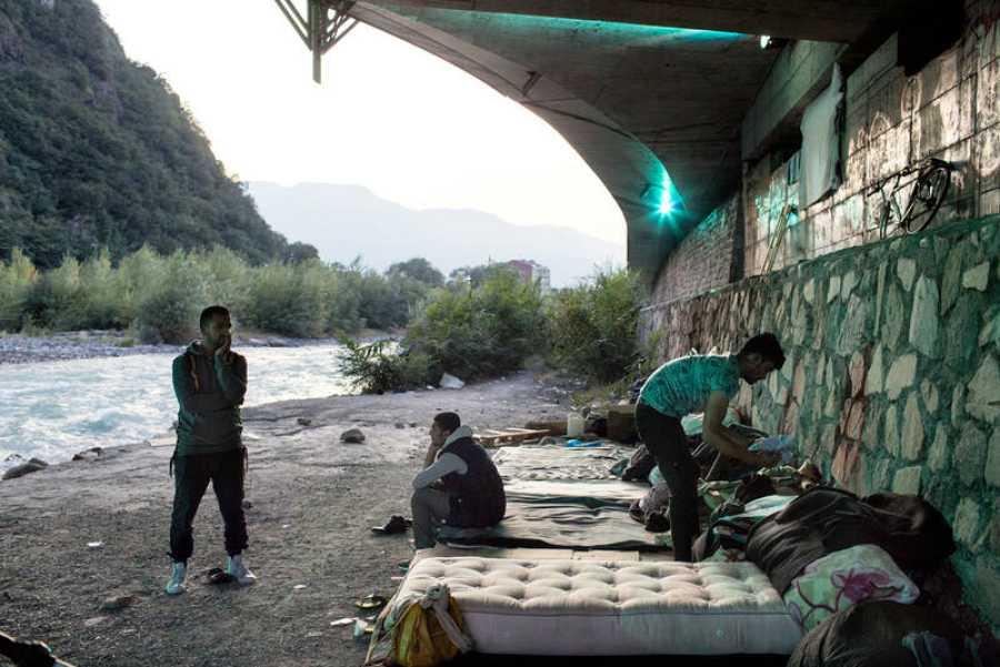 Un grupo de personas atrapadas entre Austria e Italia se instalan en un puente en Trieste