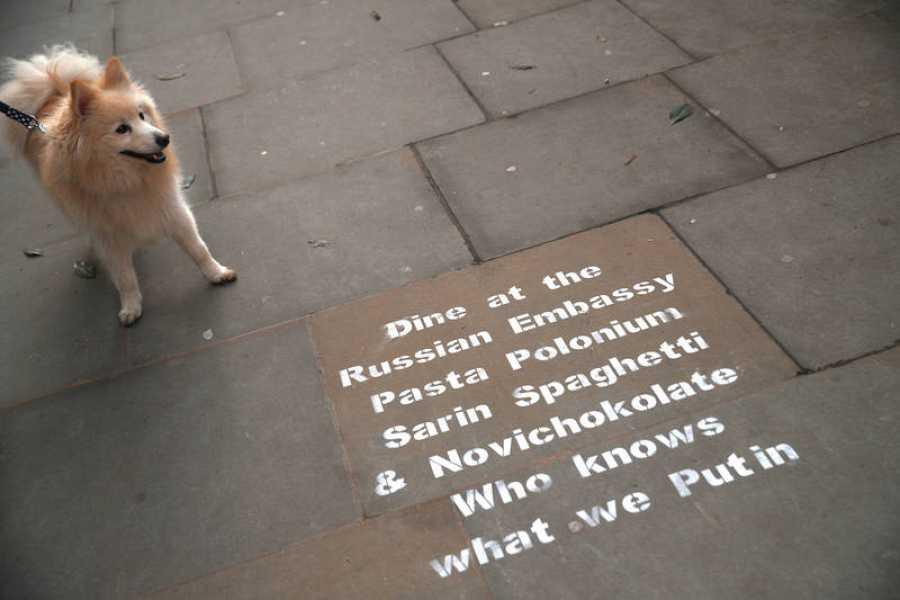 Un grafiti frente a la embajada rusa en Londres ironiza sobre los ataques a rusos