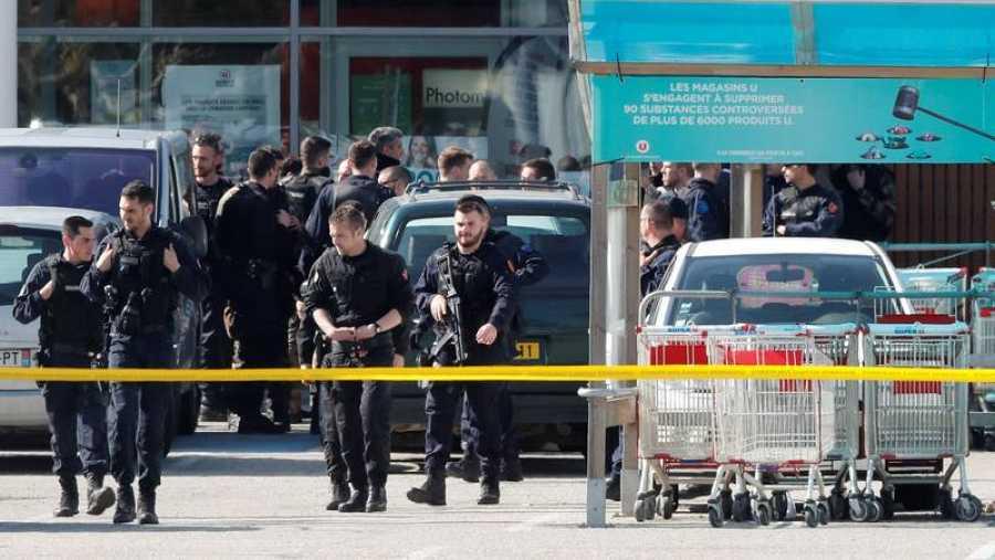 Las fuerzas de seguridad desplegadas en el supermercado donde se ha atrincherado el atacante de Trèbes