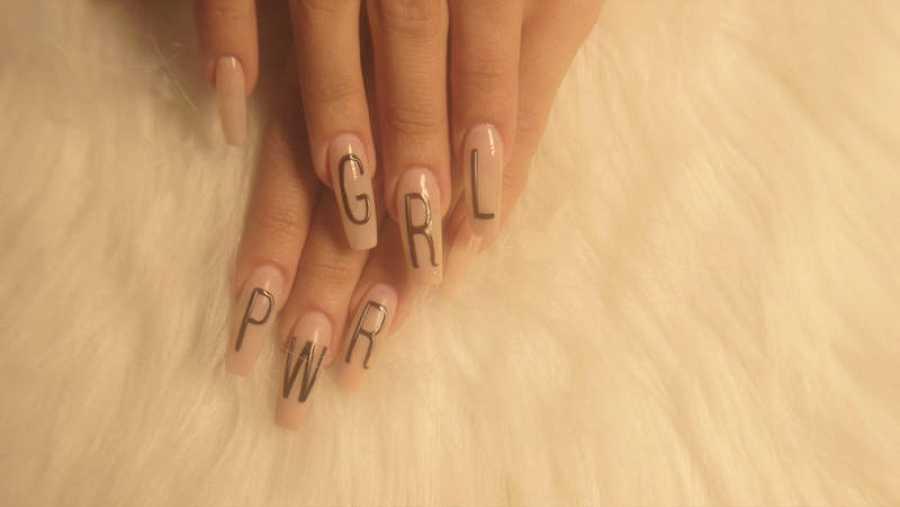 Así quedaron las uñas de la cantante Bad Gyal en un guiño a 'GRL PWR'