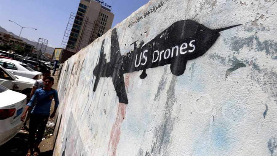 Un dron dibujado en una pared de Saná, en Yemen