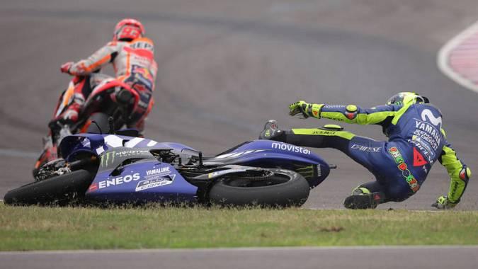 Instante de la caída de Valentino Rossi tras adelantarle Marc Márquez