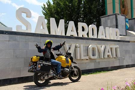 Miquel Silvestre, posando frente al cartel que anuncia la llegada a Samarkanda
