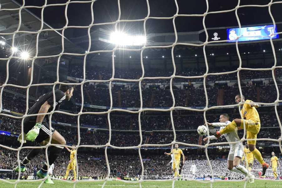Momento del penalti de Benatia a Lucas Vázquez