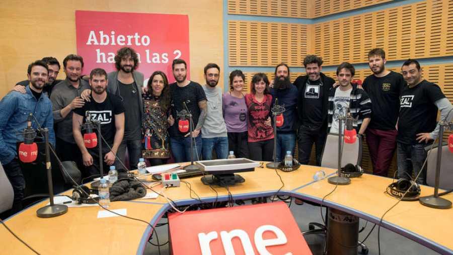 Imagen final del programa con Izal, Paloma Arranz y todo su equipo
