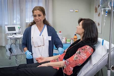 Lolita Flores es Manuela, nueva enfermera que llega para conocer el funcionamiento del centro para trasladarlo al hospital del que procede