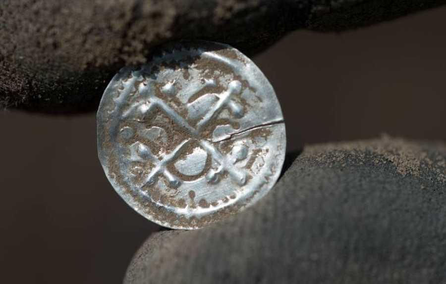 Entre las piezas halladas, se encuentran un centenar de monedas acuñadas por el rey Blåtand.