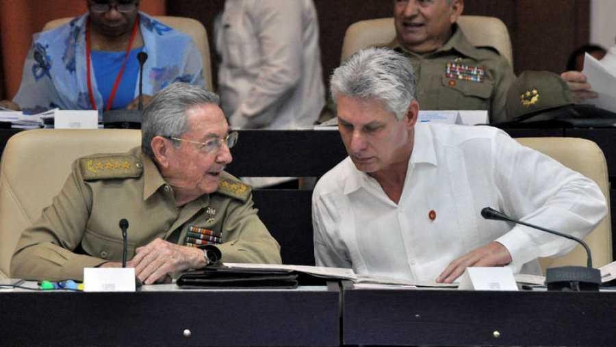 Raúl Castro y Miguel Díaz-Canel conversan en la Asamblea Nacional en julio de 2017
