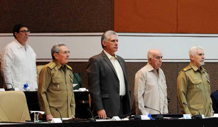 El presidente cubano, Raúl Castro; el primer vicepresidente Miguel Díaz-Canel; el segundo secretario del Partido Comunista, José Ramón Machado (2-d), el comandante de la Revolución Ramiro Valdés (d), y el ministro de Relaciones Exteriores, Bruno Rodr