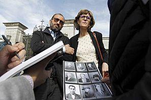 Héctor y Rosal Gil Rodríguez, nietos de Pedro Gil Calonge, posan en la entrada del Valle de los Caídos