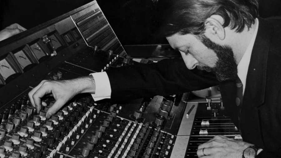 Guiados por el productor francés Alain Milhaud, 'Los Bravos' hicieron historia liderando las listas de éxitos internacionales con una canción: 'BLACK IS BLACK'