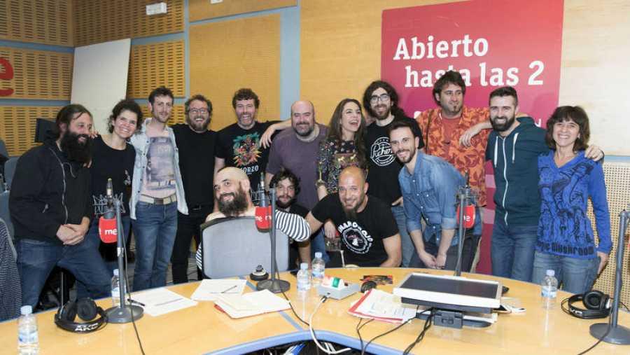 La banda, con el equipo de Paloma Arranz