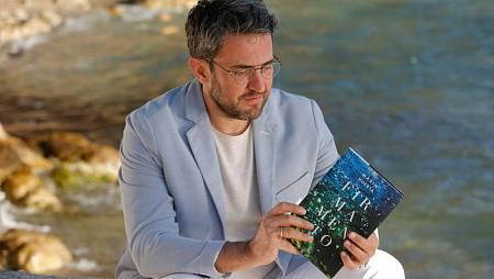 Màxim Huerta, junto al mar, con su novela 'Firmamento'