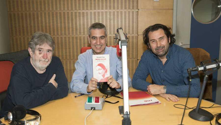 Arturo Martín (centro), con el libro de Fernando Fraga (izqda) y Ricardo de Cala (drcha)