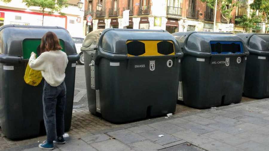 Contenedores de reciclaje en una gran ciudad