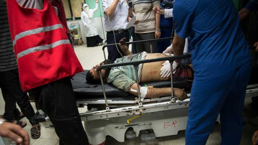 Médicos de MSF atienden a un herido en el hospital de Al Aqsa