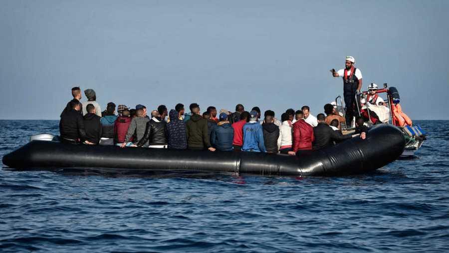 Una zodiac cargada de migrantes y refugiados es interceptada frente a las costas de Libia