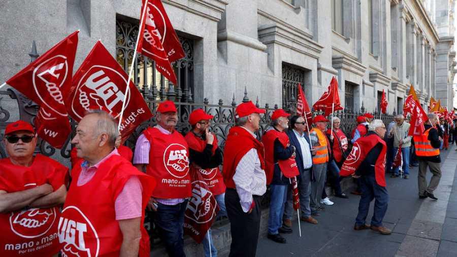 Cientos de personas han rodeado la sede del Banco de España en Madrid este miércoles