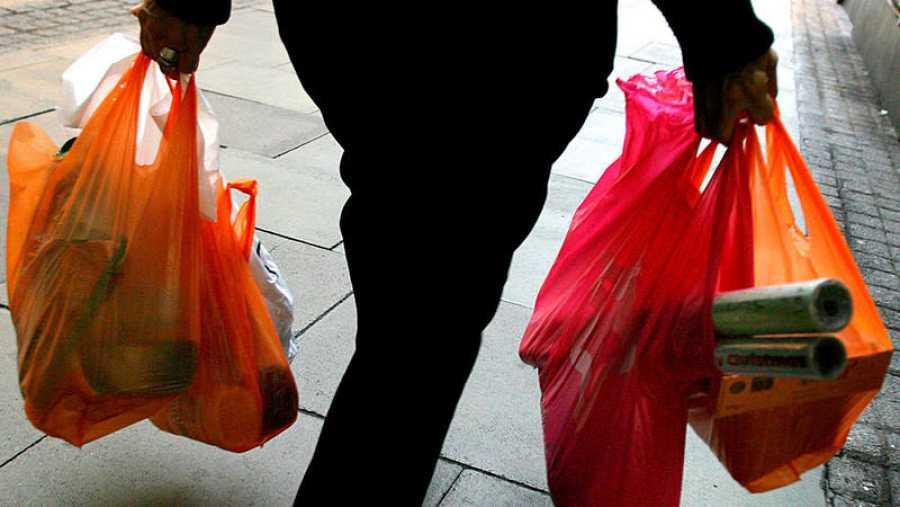 En España se consumen cerca de 7.000 millones de bolsas de plástico al año y sólo se recicla el 10%.