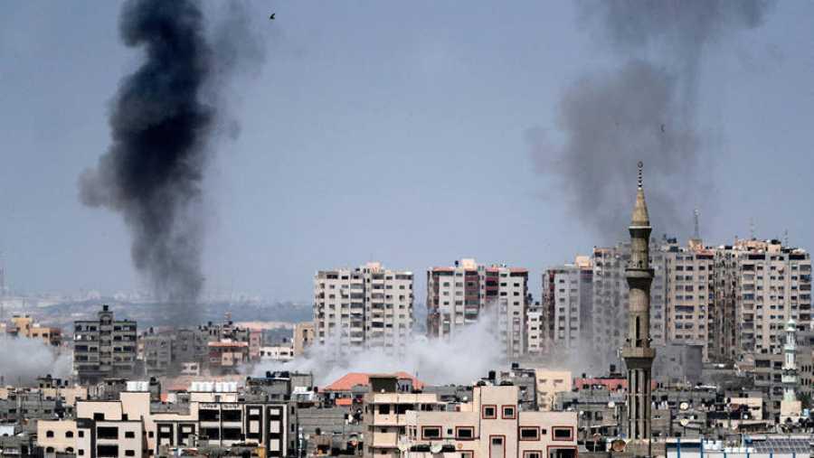 Columnas de humo en Gaza por los bombardeos israelíes