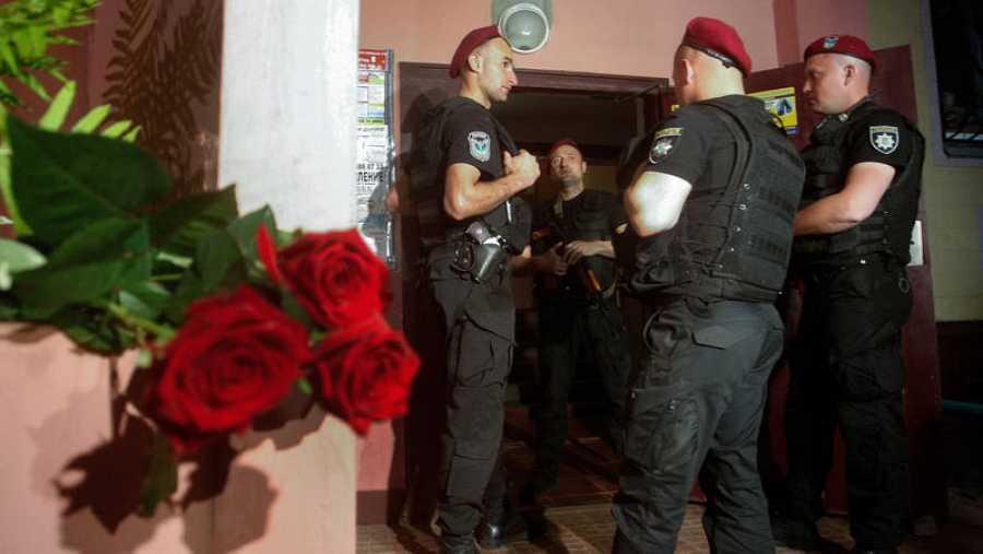 Policías ucranianos vigilan la entrada a la casa del periodista Arkady Babchenko