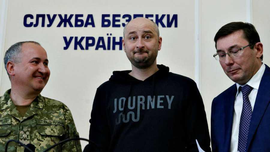 El periodista ruso Arkady Babchenko reaparece tras su supuesto asesinato, flanqueado por el director de los servicios secretos ucranianos, Avisili Gritsak, y por el fiscal general del país, Yuriy Lutsenko
